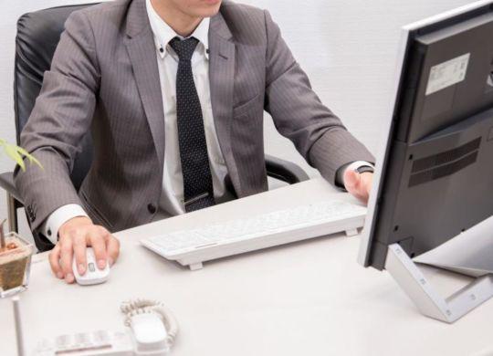 10870716-pracownik-biurowy-900-549